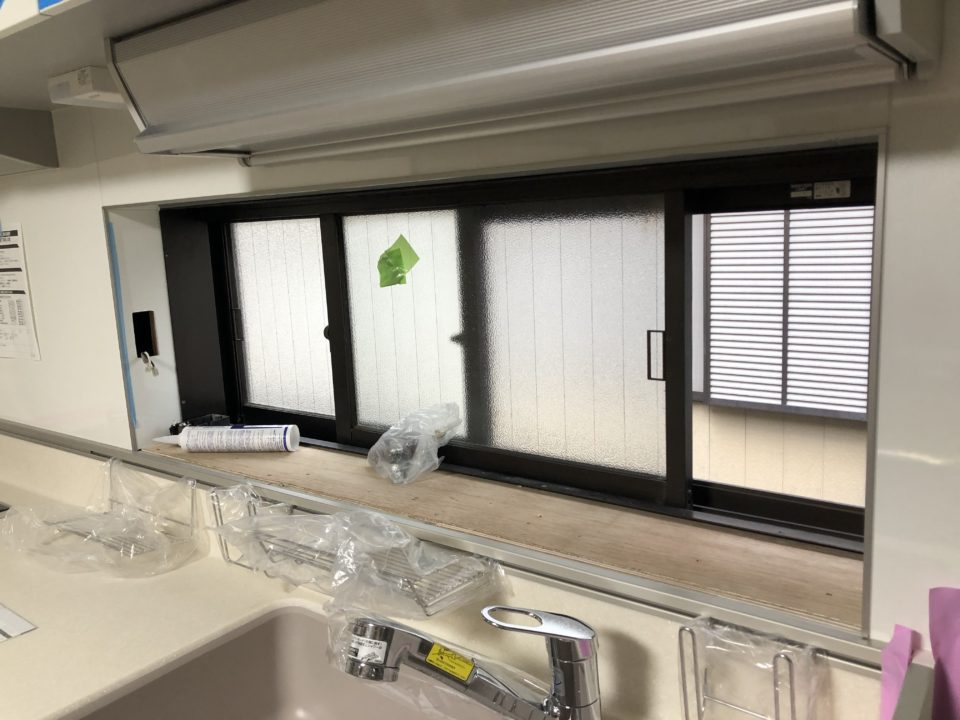 トクラスキッチン窓まわり施工中