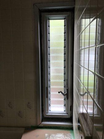 団地の開かない窓をジャロジー